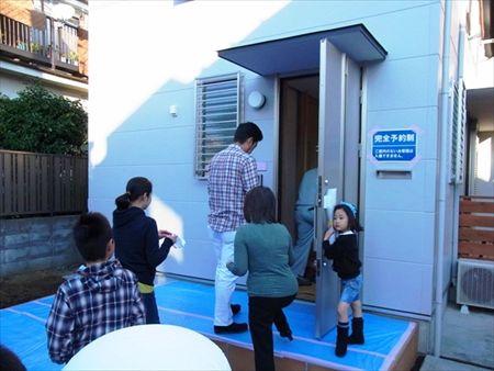 世田谷区「松原の家」、「松原の家2の」完成見学会の様子、玄関
