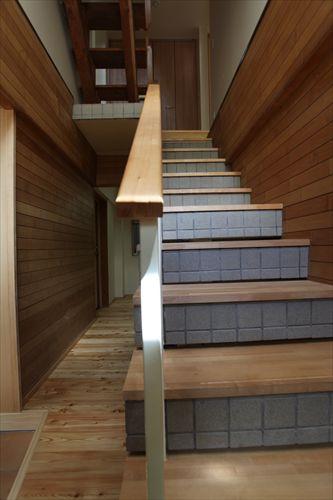 施工後玄関〜階段
