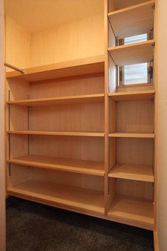 土間収納スペースの棚   コートや靴のほかに日常の雑物を収納出来ます。
