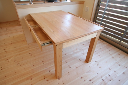 13.台形の家ダイニングテーブル