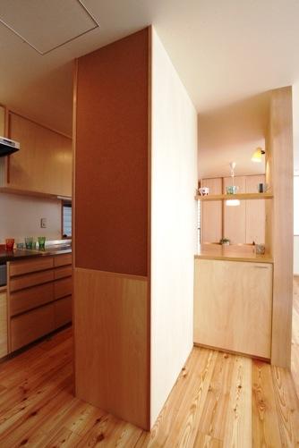 大工の手による食器棚、カウンター