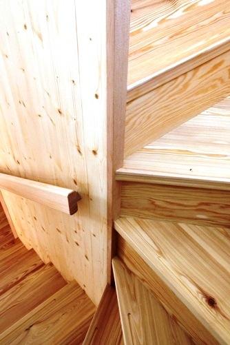 唐松材でつくられた階段