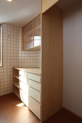 造り付けのキッチンと造作カウンター