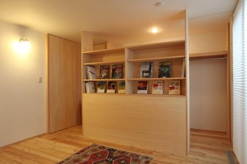 本棚の裏側はウォークインクローゼット