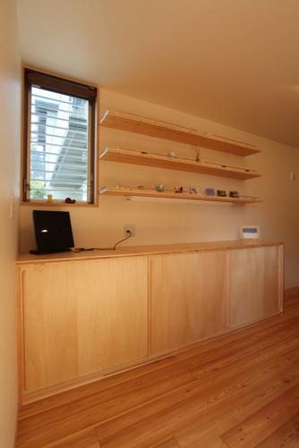 三段ある食器棚