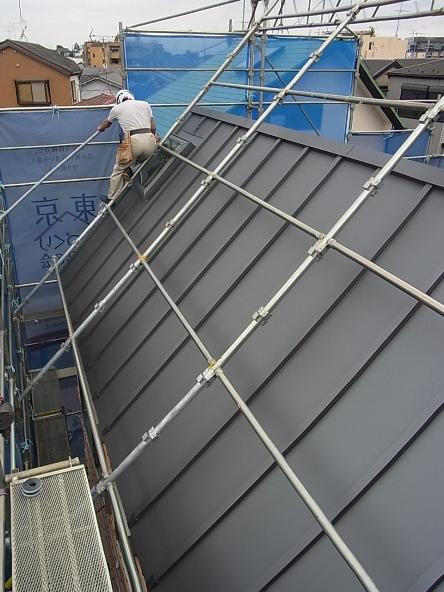 斜線制限が厳しく 急勾配の屋根 ガルバリウム鋼板 瓦棒葺きです。