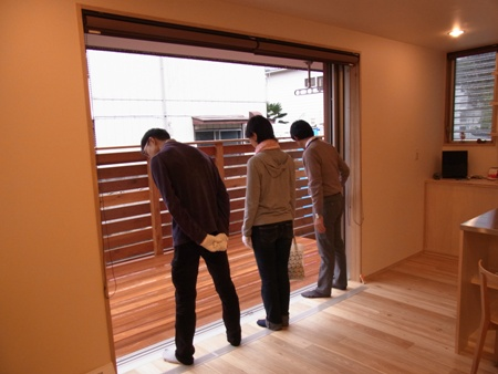 「船橋の家」完成見学会の様子、フルオープンのサッシとデッキ