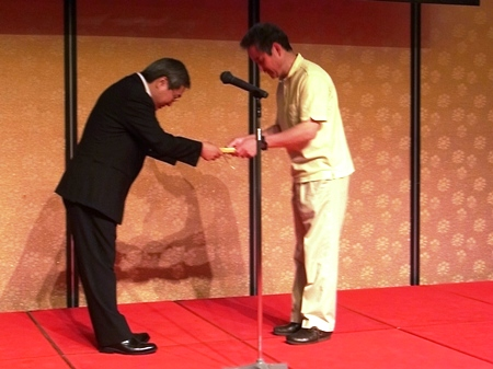 優良工務店担当表彰安成総合保証代表からの記念盾の授与